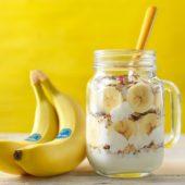 Ontbijt van bananenmuesli in een pot