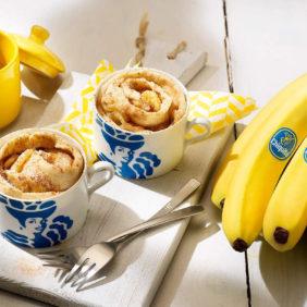 Kaneelbroodje met Chiquita-banaan in een beker
