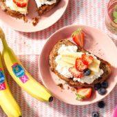 Mueslitoast met magere cottage cheese, Chiquita-bananen, aardbeien, bosbessen en sesamzaad