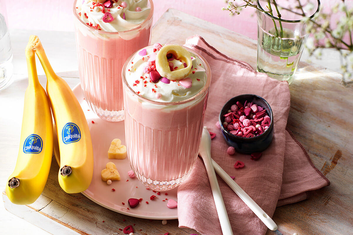 Roze warme chocolade met Chiquita-banaan voor Valentijnsdag