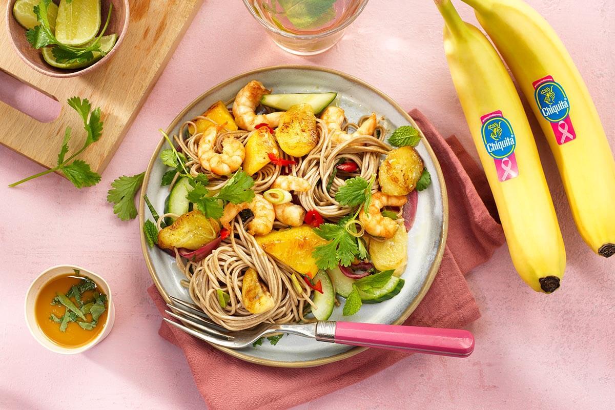 Roergebakken Chiquita-banaan met garnalen, ananas, rode ui, komkommer, gember, limoen en boekweitnoodles
