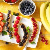 Chiquita-bananensplit met rood fruit en pindakaas voor het ontbijt