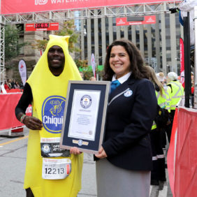 Hardloper in Chiquita bananenpak breekt wereldrecord halve marathon