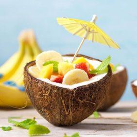 Fruitsalade in kokoskommetjes