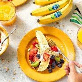Gezonde fruitsalade met organische Chiquita-banaan en muesli-bananenyoghurt