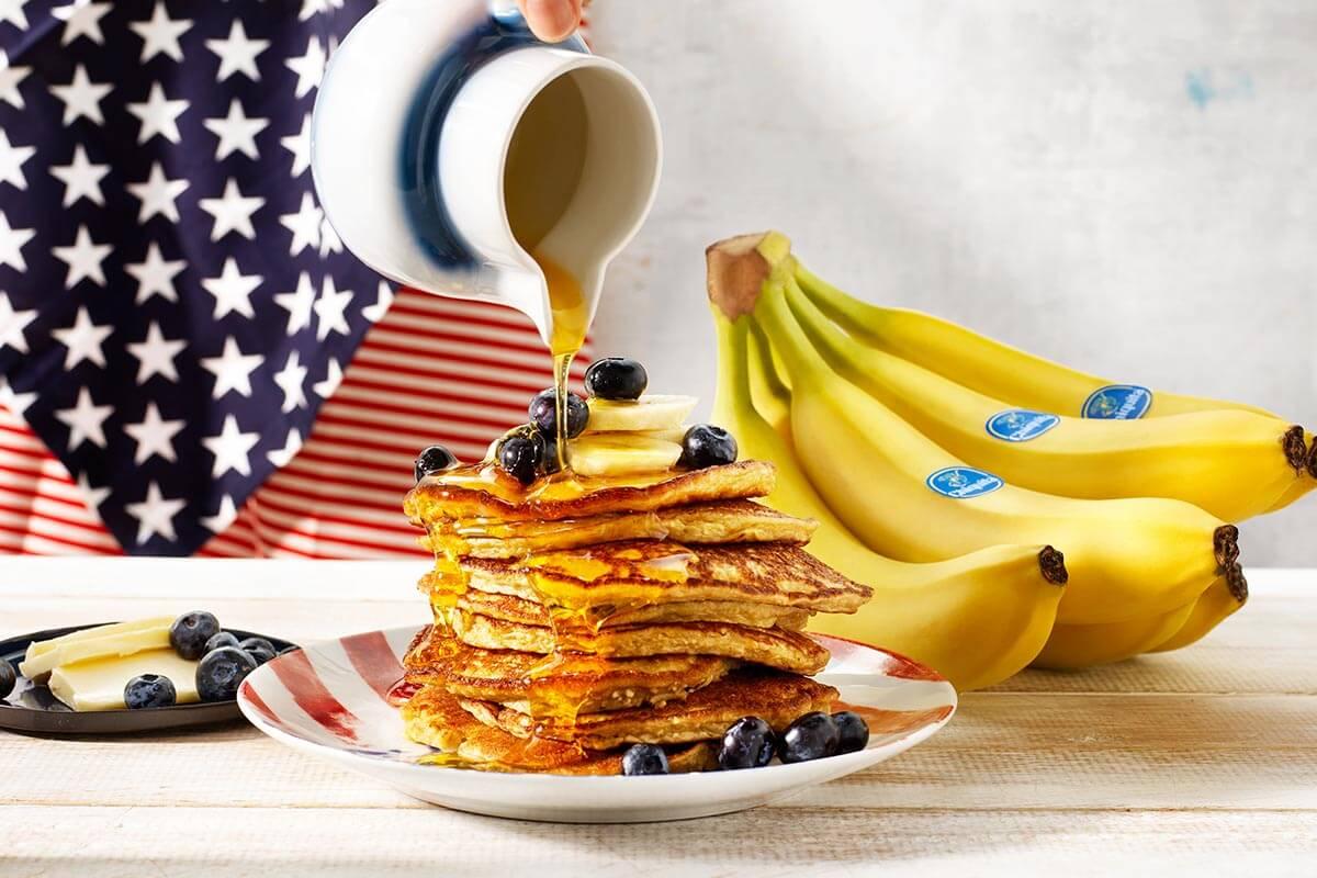 Zelfgemaakte pannenkoekjes met Chiquita-bananen en bosbessen