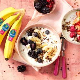 Ontbijtkommetje met quinoa, Chiquita-banaan, magere Griekse yoghurt, appel, rood fruit en cacaokernen (cocoa nibs)