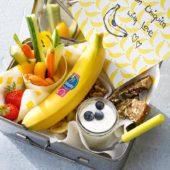Snackbox met chips van Chiquita-banaan, groente, fruit en noten.