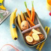 Snackbox met een sandwich met pindakaas en Chiquita-banaan