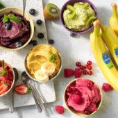 Veganistisch ijs met bolletjes Chiquita-banaan, matcha, kiwi en bessen| Chiquita-recepten