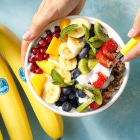 Veganistische regenboogkom met Chiquita-banaan en vers fruit