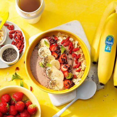 Veganistische smoothiebowl aardbei, Chiquita-banaan en eiwitten