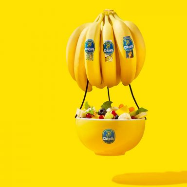 Klassieke fruitschaal met drijvende Chiquita banaan