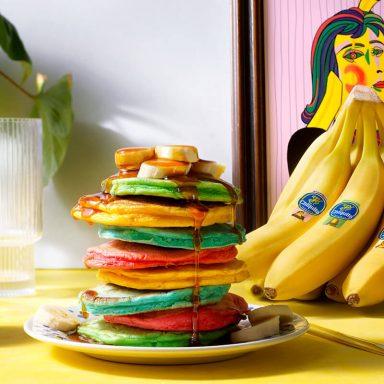 Kleurrijke luchtige pannenkoeken met Chiquita banaan