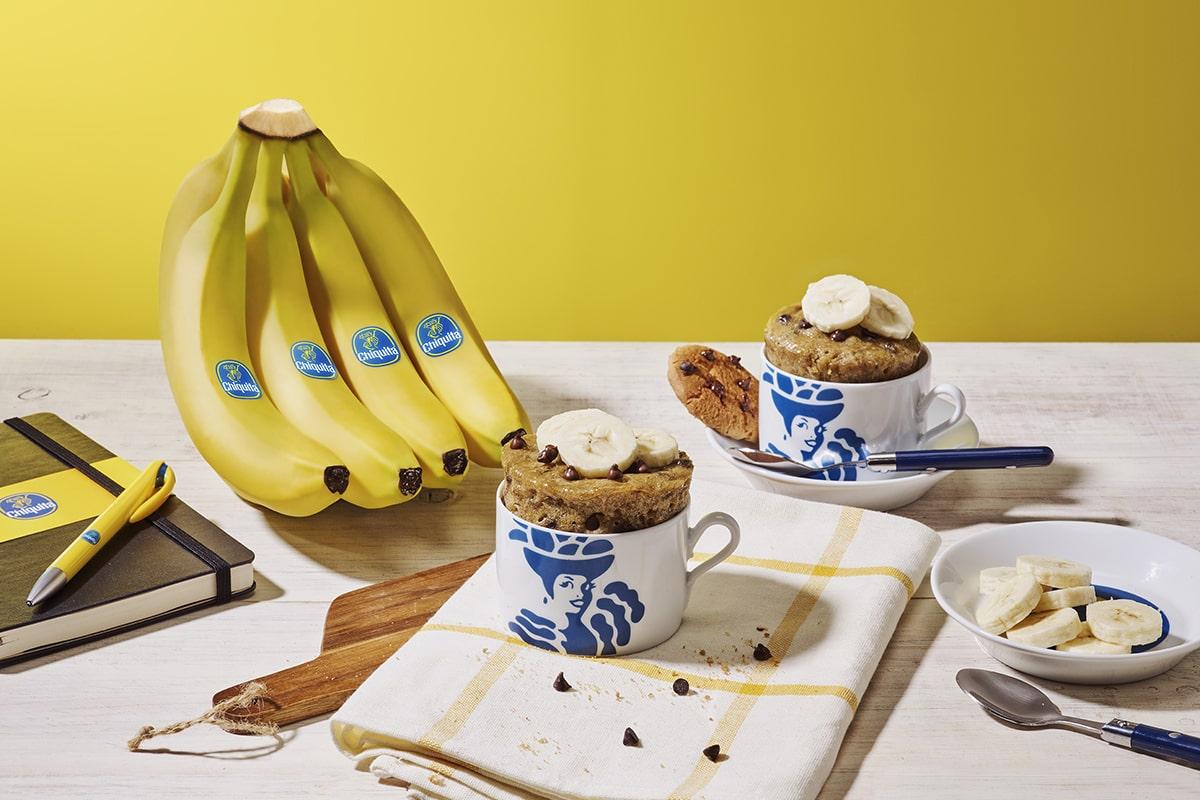 Chocoladekoekjescake in een mok met banaan van Chiquita